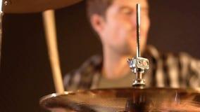 鼓手 在演奏鼓的一个不锋利的男性的特写镜头 影视素材