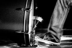鼓手`脚佩带运动鞋的s演奏大鼓脚蹬 免版税库存图片