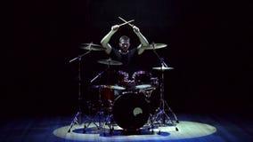鼓手` s人举了他的有鼓槌的手 影视素材