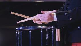 鼓执行者演奏鼓槌在阶段 免版税图库摄影