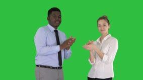 鼓掌在一个绿色屏幕上的一个商人和一名女实业家,色度钥匙 影视素材