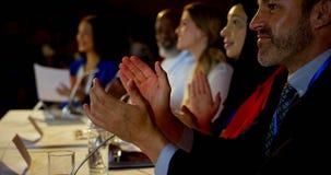 鼓掌在企业研讨会的愉快的不同种族的商人在观众席4k 股票录像
