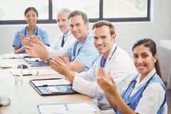 鼓掌在会议室的医疗队 免版税图库摄影