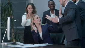 鼓掌在会议期间的企业队在办公室 免版税库存照片