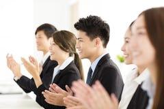 鼓掌在会议的愉快的商人 免版税库存图片