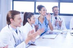 鼓掌在会议的医疗队 图库摄影