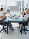 鼓掌在电视电话会议期间的商人 免版税库存图片