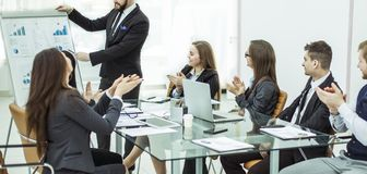 鼓掌对在新的项目的介绍的经理财务的企业队在工作场所 免版税库存图片