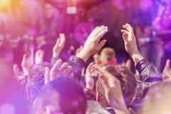 鼓掌对音乐带生活表演的爱好者在阶段 图库摄影