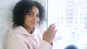 鼓掌年轻非洲的妇女,拍手,坐在窗口 股票录像