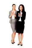 鼓掌愉快的两名的女实业家 免版税图库摄影