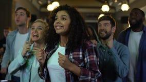 鼓掌愉快的爱好者,年轻人满意对选举结果,成功 股票录像