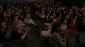 鼓掌,在一个壮观的事件期间的观众 股票录像