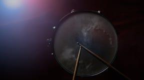 鼓棍子和军鼓 库存图片