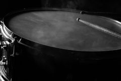 鼓棍子和军鼓 图库摄影