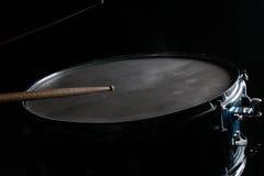 鼓棍子和军鼓 库存照片