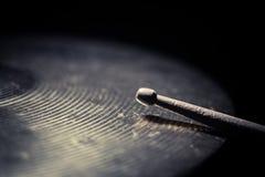 鼓棍子和铙钹细节 图库摄影
