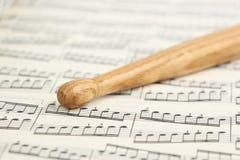 鼓槌和音乐纸张 免版税库存图片