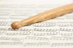 鼓槌和音乐纸张 免版税库存照片
