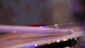 鼓槌在鼓手的手,生活爵士乐音乐会上 股票视频