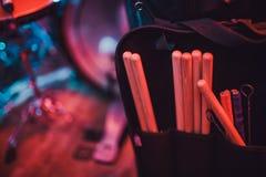 鼓槌在鼓的口袋在 美丽的鼓槌 免版税库存图片