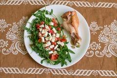鼓槌火鸡和沙拉与芝麻菜 免版税库存图片