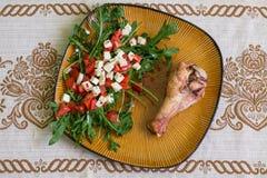 鼓槌火鸡和沙拉与芝麻菜 库存图片