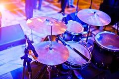 鼓被设置在紫罗兰色光的阶段 免版税库存照片