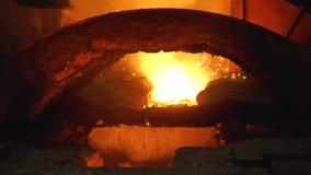 鼓风炉液体金属 从杓子的液体铁在钢铁制品 股票录像