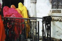 鼠寺庙在Deshnok,印度-莎丽服的(克勒妮・玛塔寺庙妇女 免版税库存图片