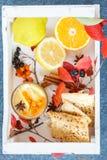 鼠李热的饮料用柠檬和曲奇饼 库存照片