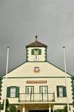 鼠灰色天空的法院大楼 免版税库存图片