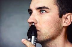 鼻子的头发整理者 免版税库存照片