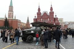 齐射火无功系统在汽车Studebaker的基地的在游行的在红场在莫斯科 免版税库存照片