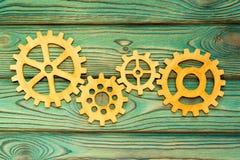 齿轮做了木头在木背景 免版税库存照片
