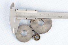 齿轮和轮尺在座标图纸 免版税库存图片