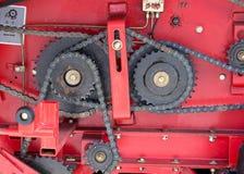 齿轮和链子在红色背景 免版税库存照片