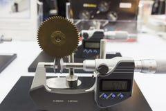 齿轮由测微表的沥青检查 图库摄影