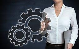 齿轮触摸屏幕由女实业家显示 免版税库存照片