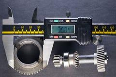 齿轮,由数字式测微表的细节的测量参量 免版税库存照片