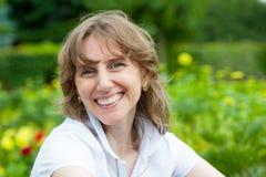 年龄中间纵向微笑的妇女 免版税库存图片
