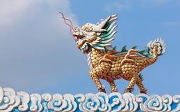 龙与云彩和蓝天的马雕象 图库摄影