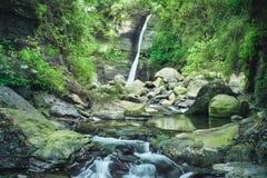 龙凤瀑布在晴天,射击在肖乌来风景区,复兴区,桃园,台湾 免版税库存照片