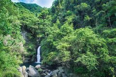 龙凤瀑布在晴天,射击在肖乌来风景区,复兴区,桃园,台湾 免版税库存图片