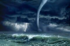 龙卷风,闪电,海 库存照片