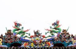 龙双雕象在屋顶的有白色背景 免版税库存图片