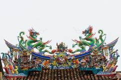龙双雕象在屋顶的有白色背景 免版税图库摄影