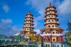 龙和老虎塔在蓝天和白色云彩下 免版税库存图片