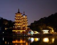 龙和老虎塔的晚上视图在台湾 库存图片