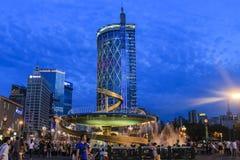龙喷泉在成都天府广场在晚上 库存照片